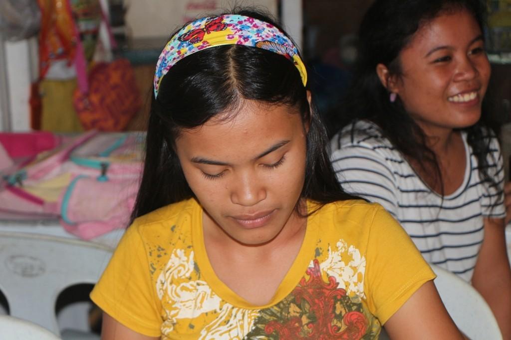 Junge Frau bei der Arbeit auf dem Markt
