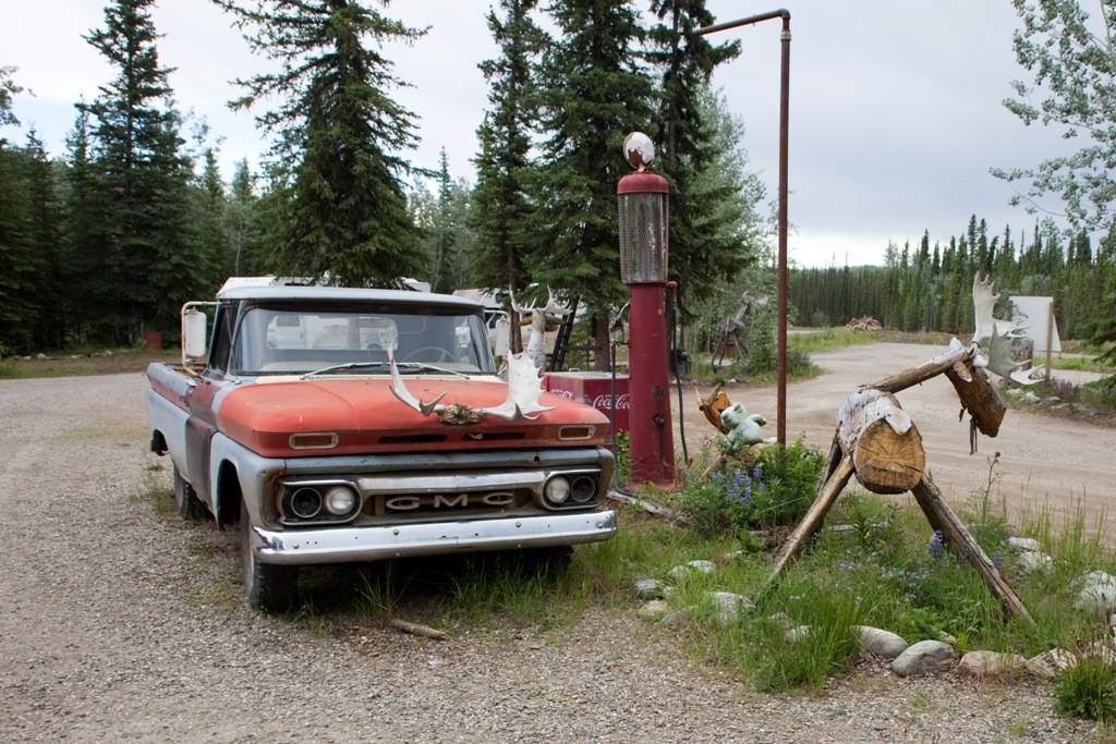 Alte Autos, und Tanksäulen, Relikte vergangener Zeiten, ein Telefon mit Leiter zum Aufstieg ins Baumgeäst, alles touristische Attraktionen die dem Besucher Freude bereiten