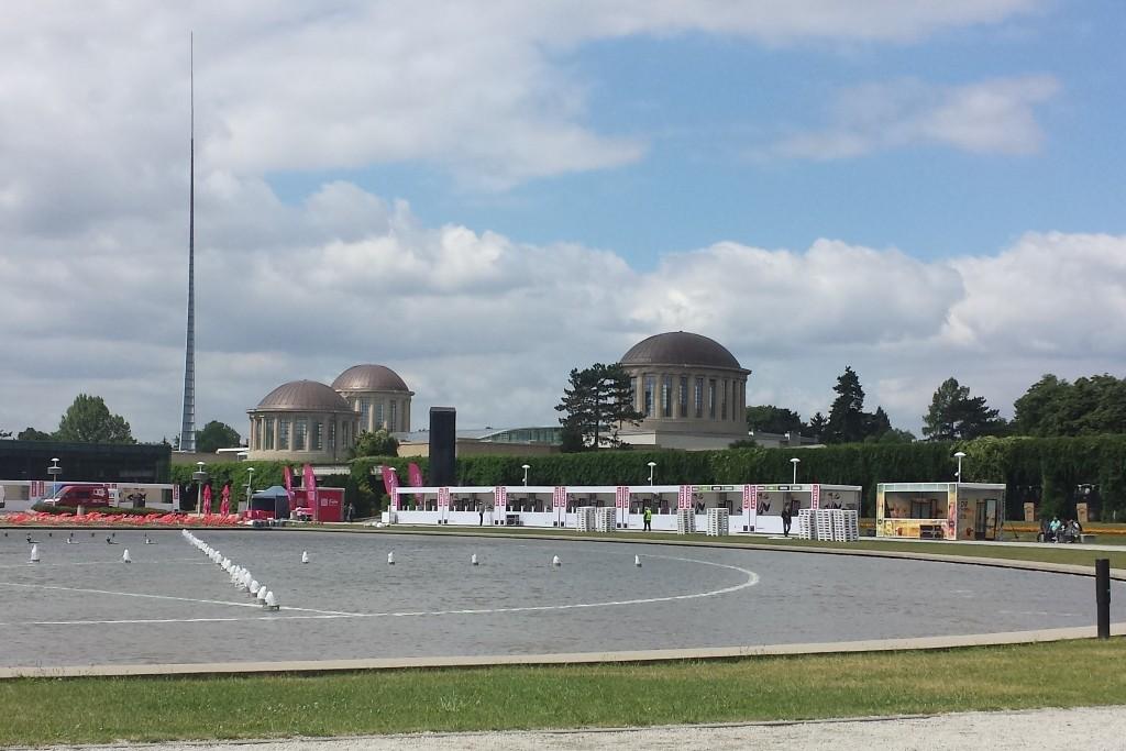 ...im Hintergrund der Vier Kuppel Pavillon