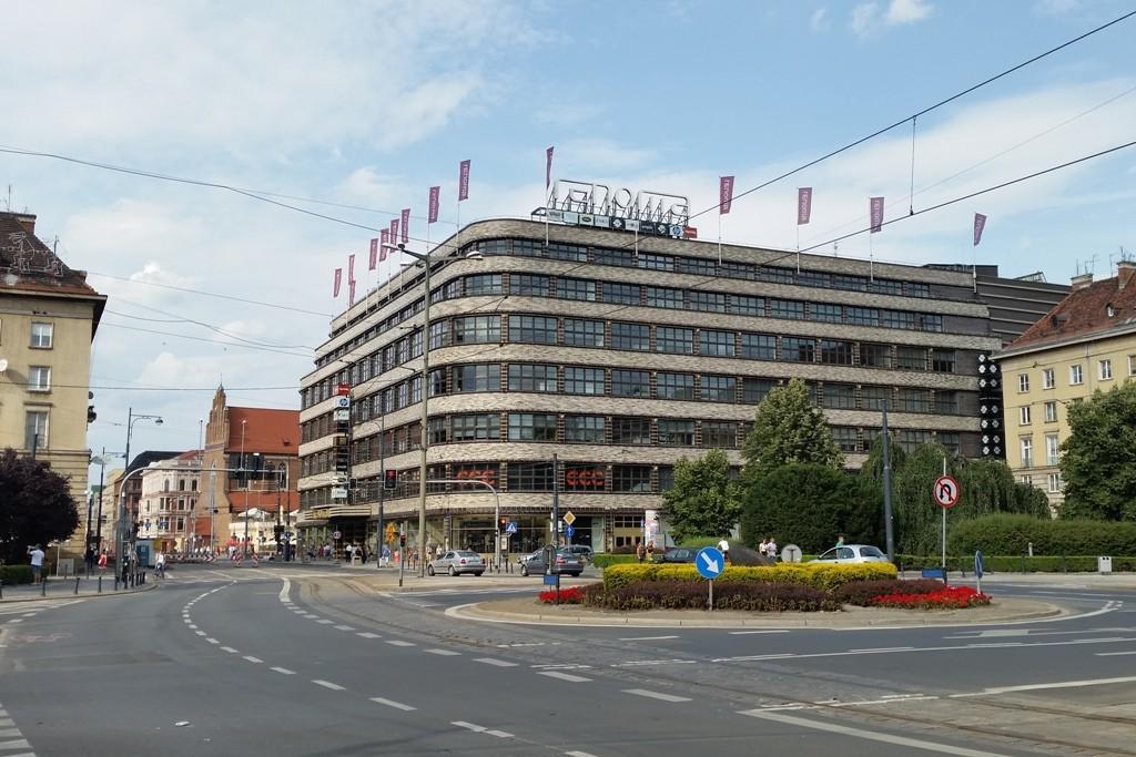 Architektur der 1920er Jahre sind die runden Ecken!, hier das von 1928 -1930 erbaute Kaufhaus Wertheim, Reko 2009 nach westl. Standards