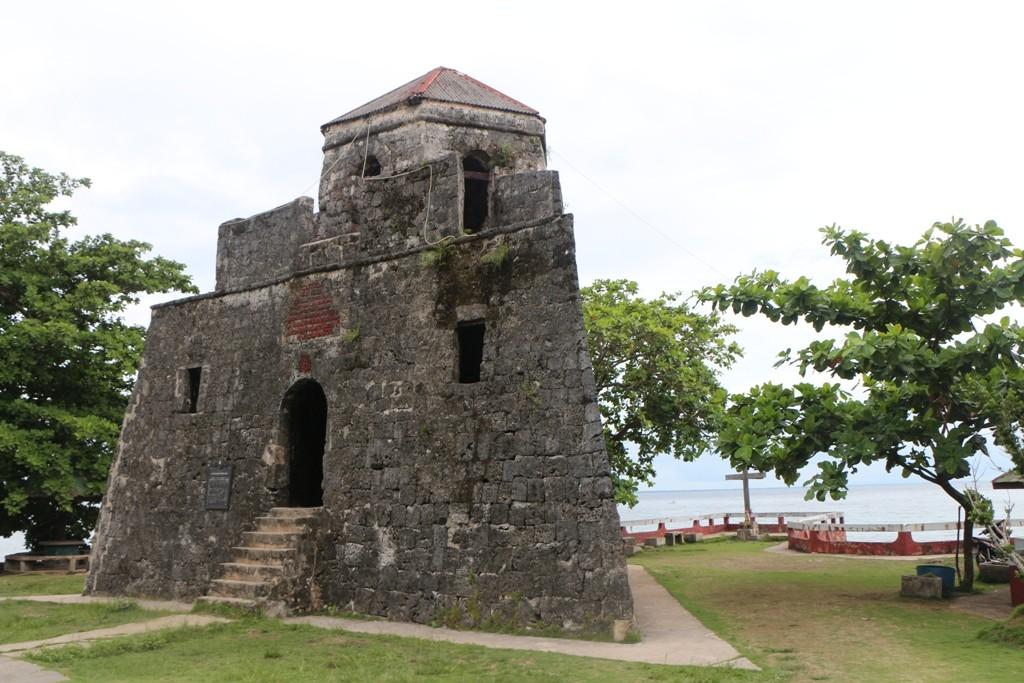 Reste von ähnlichen dreieckigen Türmen können an anderen Orten entlang der Küste von Bohol, wie Panglao, Dauis, Loay und auf Pamilacan Insel gefunden werden.
