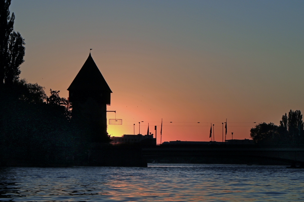 Rheintorturm mit Rheinbrücke in der untergehenden Sonne