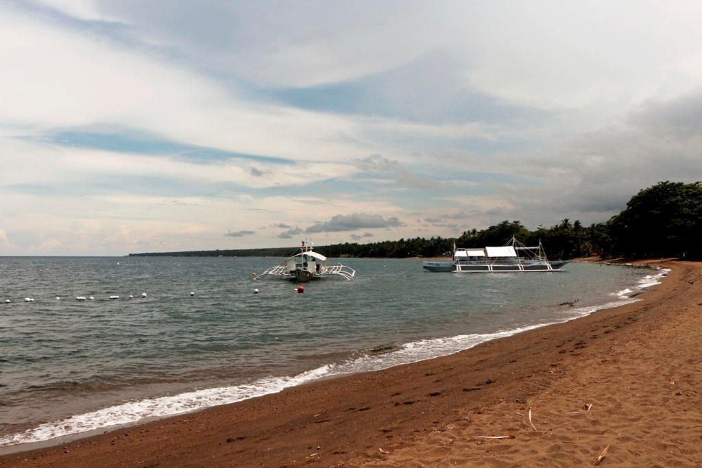 ...die Sonne bringt das üppige Licht an den Strand und die Boote