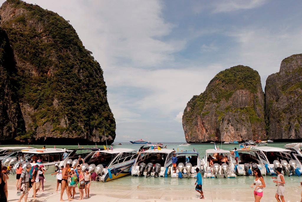Man muss sich daheim am PC oder in einschlägigen Bildbänden von der Schönheit dieser prachtvollen Bucht ein Bild machen, hier und in der Hauptreisezeit ist die Maya Bay ein Tollhaus!
