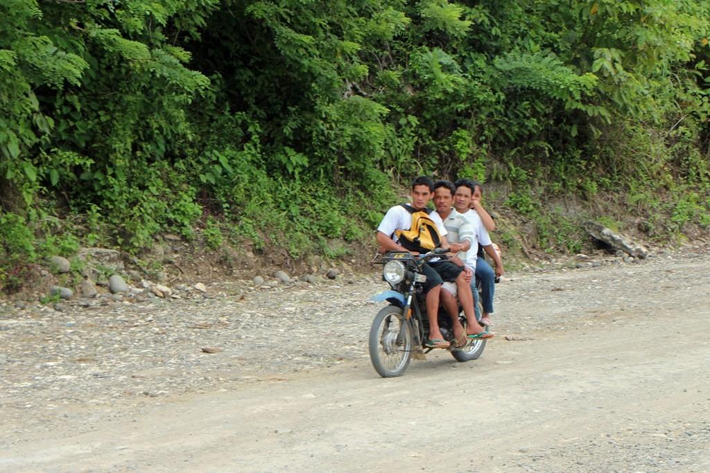 """Hier die Straße mal wieder etwas besser, schon kommt ein auf Negros """"normal besetztes"""" Leicht Motorrad daher, wie immer, freundliche Grüße!"""