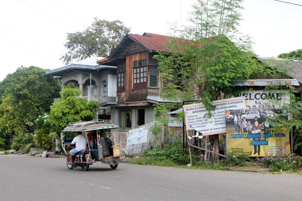 Wohnhäuser an der Nationalstraße in Dauin! Deren Zustand lässt sehr zu wünschen übrig!