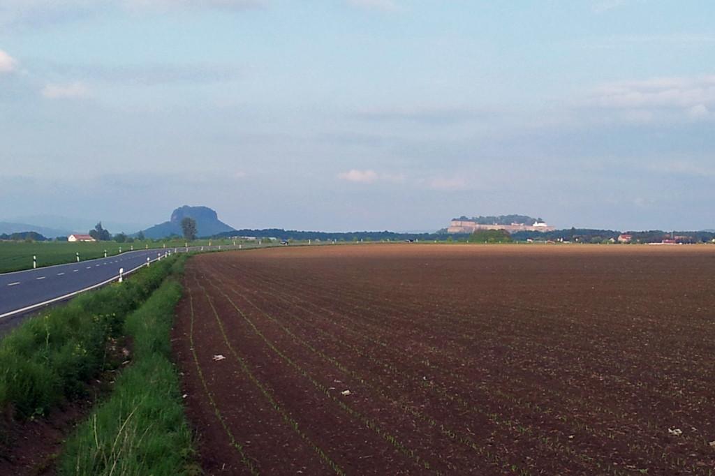 So sieht der per KfZ anreisende Besucher der Sächsischen Schweiz von der Krietzschwitzhöhe auf der F 172 fahrend, den Lilienstein und die Festung Königstein.