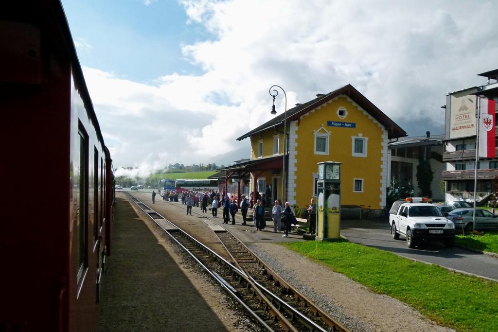 In Fügen- Hart ist für uns die herrliche Eisenbahnfahrt zu Ende. Wir gehen gemeinsam in die bekannte Heumilch Sennerei, in die Schaukäserei!