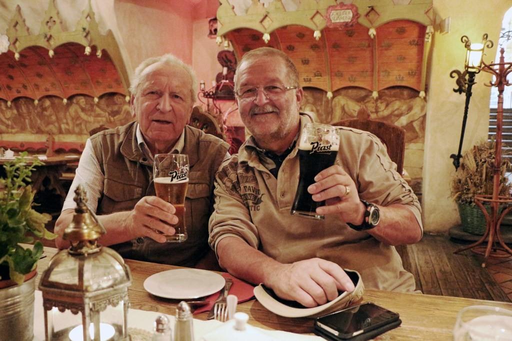 Dieter und ich lassen sich derweil das hauseigene Bier munden