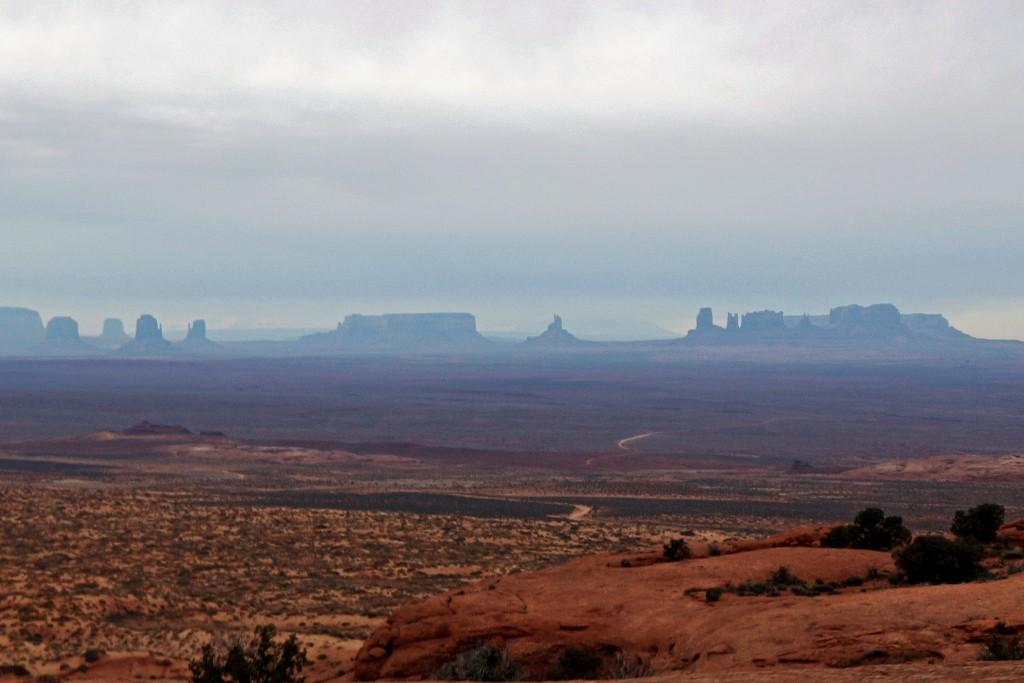 ...im Hintergrund die faszinierende Silhouette des nördlichen Teils des Monument Valley´s