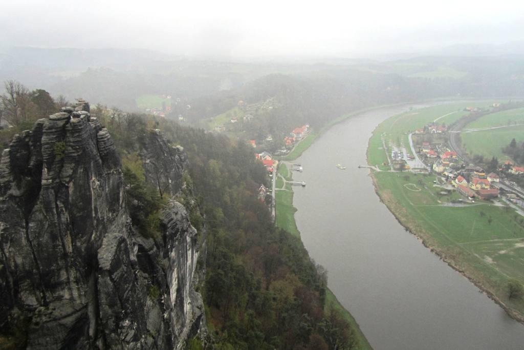 Blick vom Aussichtsplateau der Bastei in das Elbtal