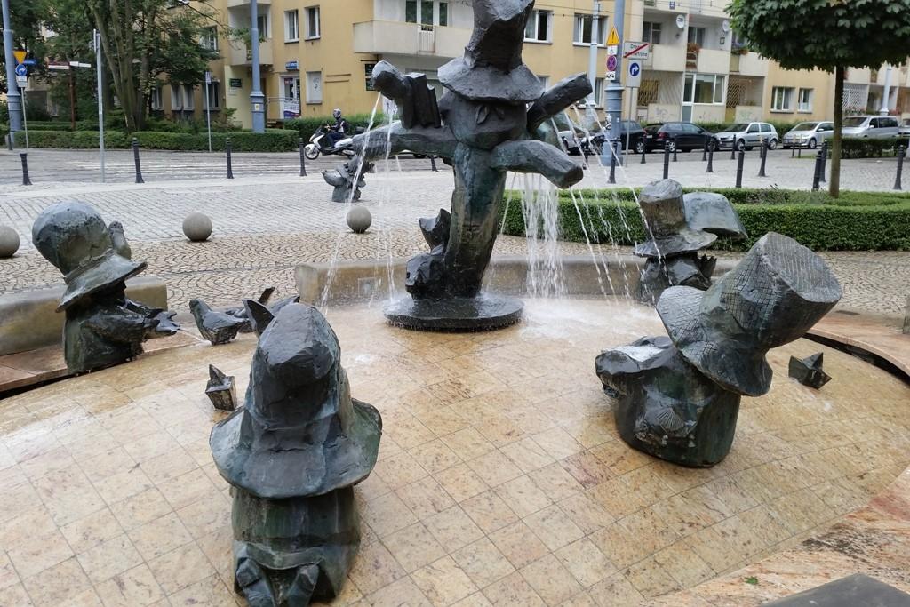 Der Zwergen Brunnen vor dem Puppentheater, in der Mitte der Wierzbownik