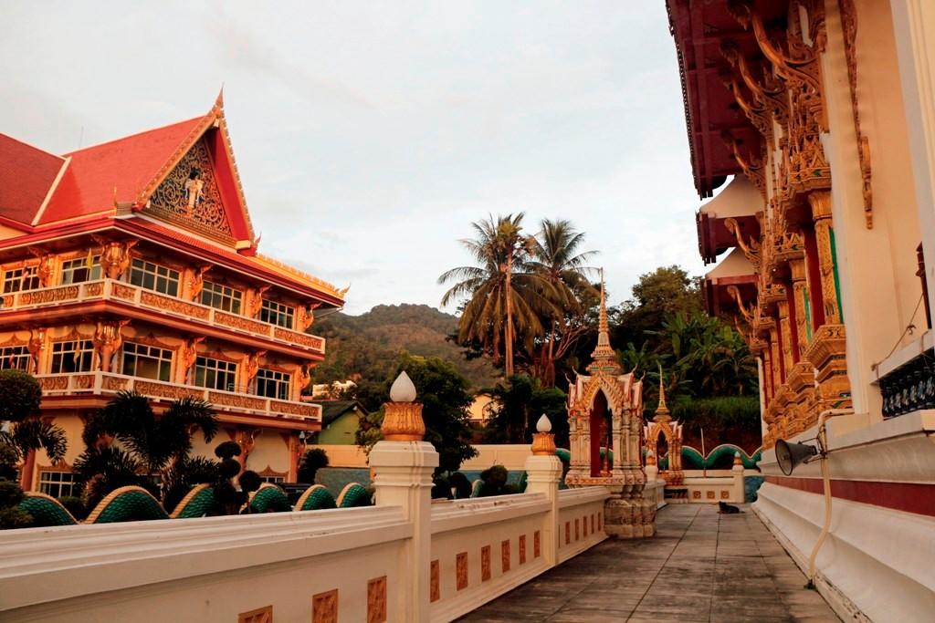 Teilansicht des Komplexes Wat Karon!