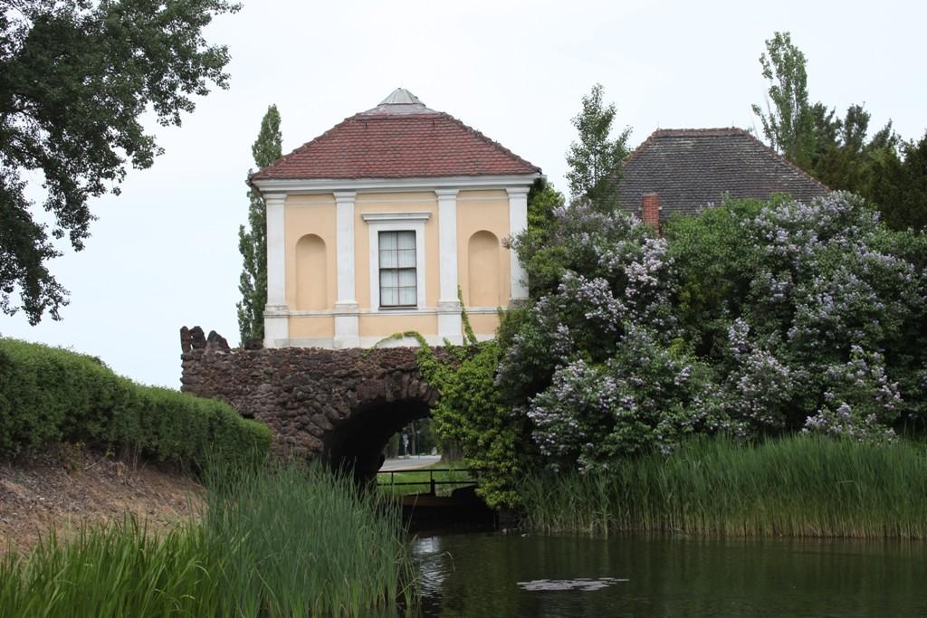 """Der """"Südseepavillon"""" auf dem Eisenhart am westlichen Rand des Wörlitzer Parks. Das Gebäude wurde aus Raseneisenstein errichtet"""