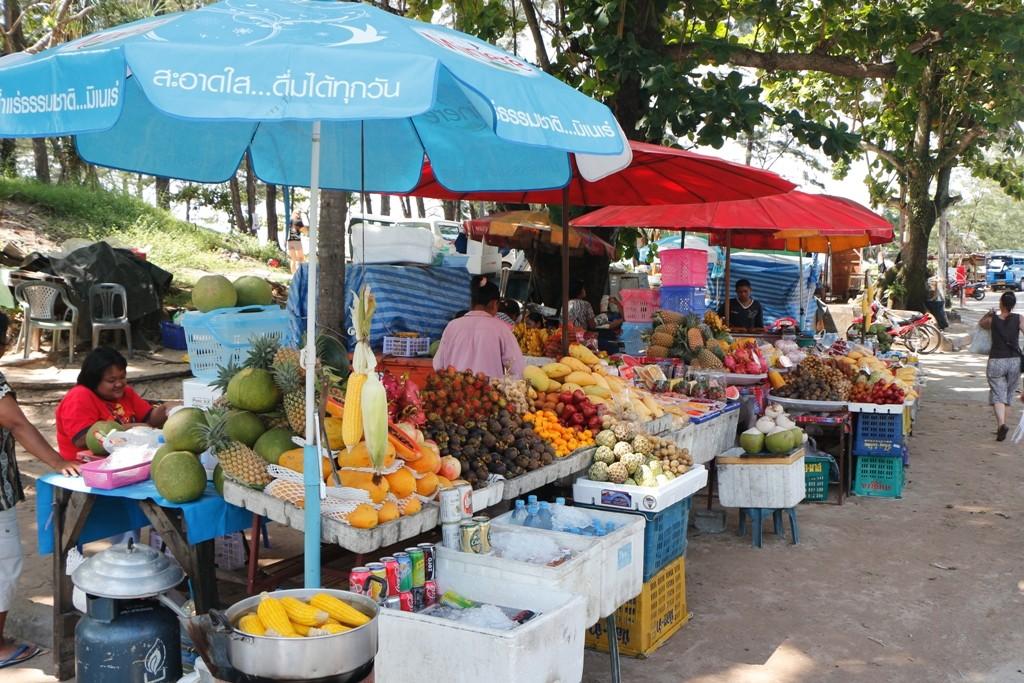 """Ohne Komplikationen in Nai Harn Beach angekommen, hier auch gleich ein """"Frischemarkt""""!"""