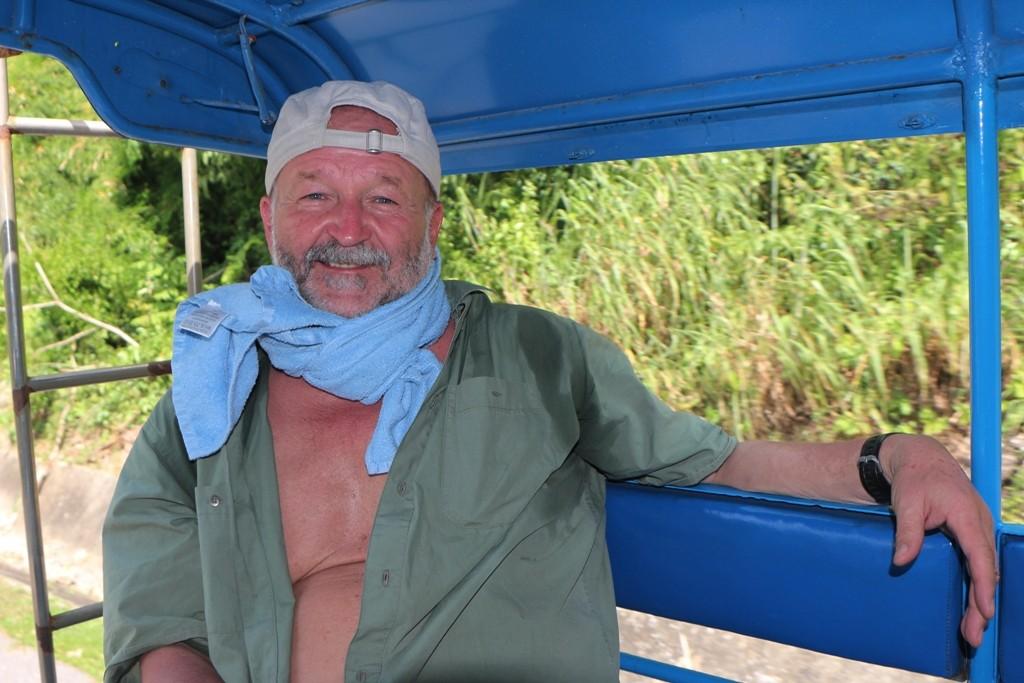 ...ohne etwas um den Hals zu haben ist das Fahren im offenen Songtheaw oder dem Tuk- Tuk sehr gefährlich!