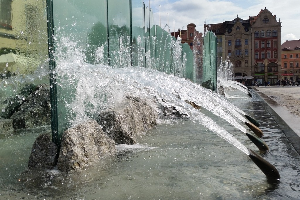 ...immer wieder faszinierend, die Wasserfontänen des modernen Brunnens auf dem Rynek