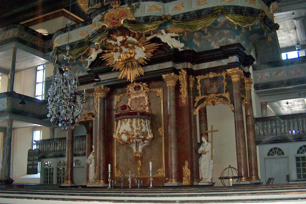 Der Altar in der Kirche.