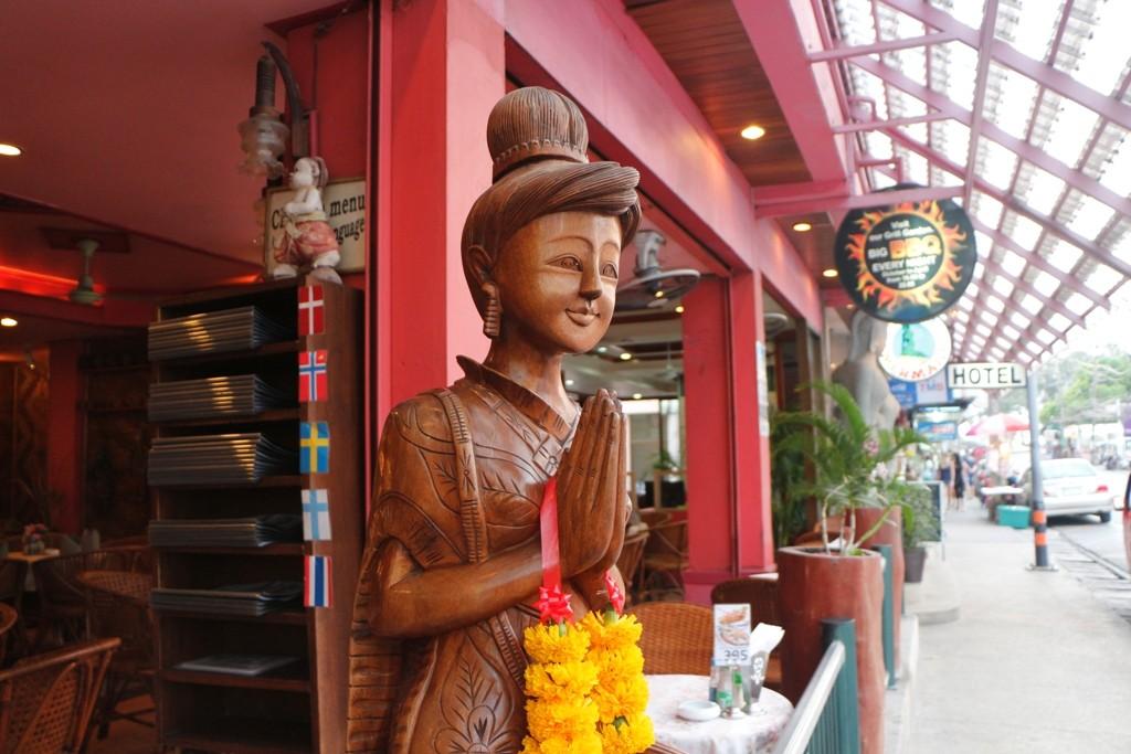 Der Wai, zeremonielle Begrüßungsgeste der gegenseitigen Höflichkeit in Thailand