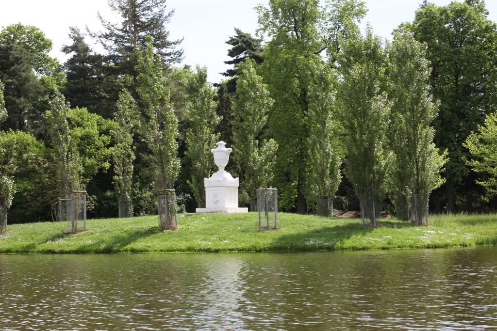 Die Rousseau Insel mit Gedenkstein. Die Inschrift auf diesem wurde vom Fürsten Franz selbst verfasst.