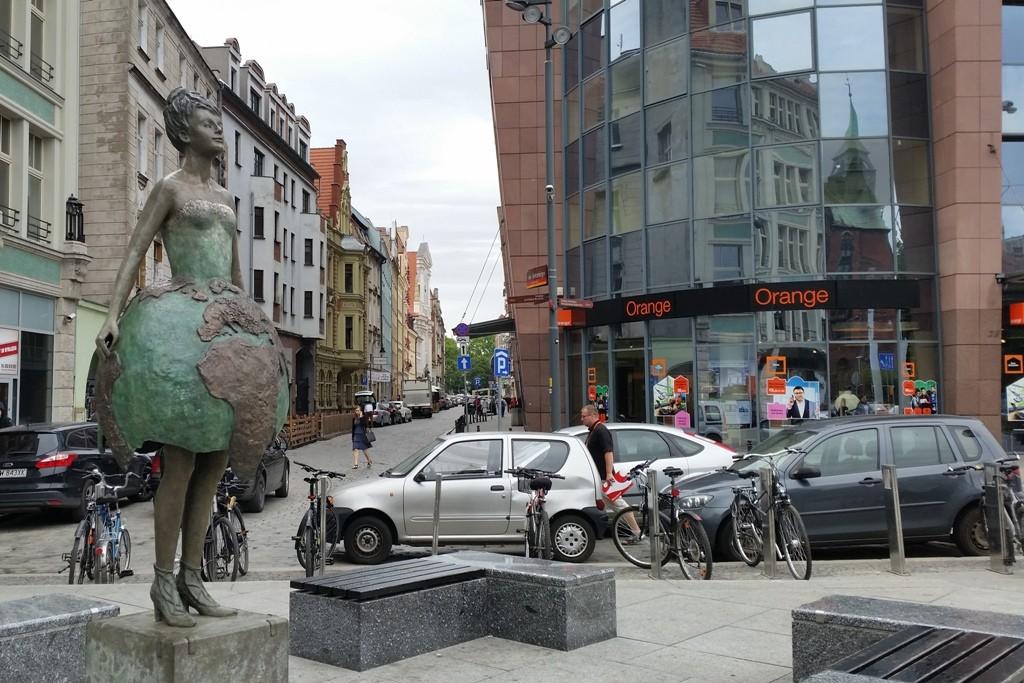 "Kreuzung an der Świętego Antoniego mit Wratislavia Tower mit Bronzeskulptur ""Kristall Planet""!"