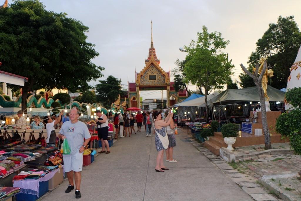 ...Teilansicht des Tempelkomplexes Wat Karon, mit Marktgeschehen
