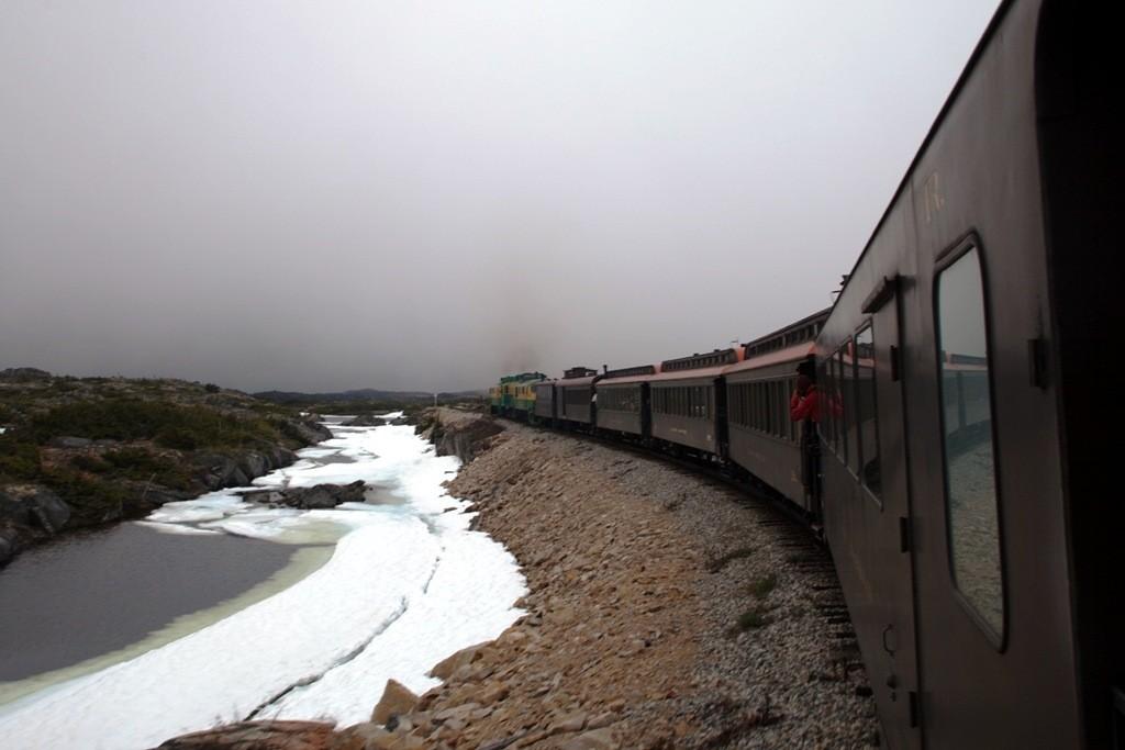 Wir haben den völlig im Nebel versunkenen White Pass überfahren und nähern uns Fraser, hier ist die Borderline und umsteigen in einen Bus angesagt