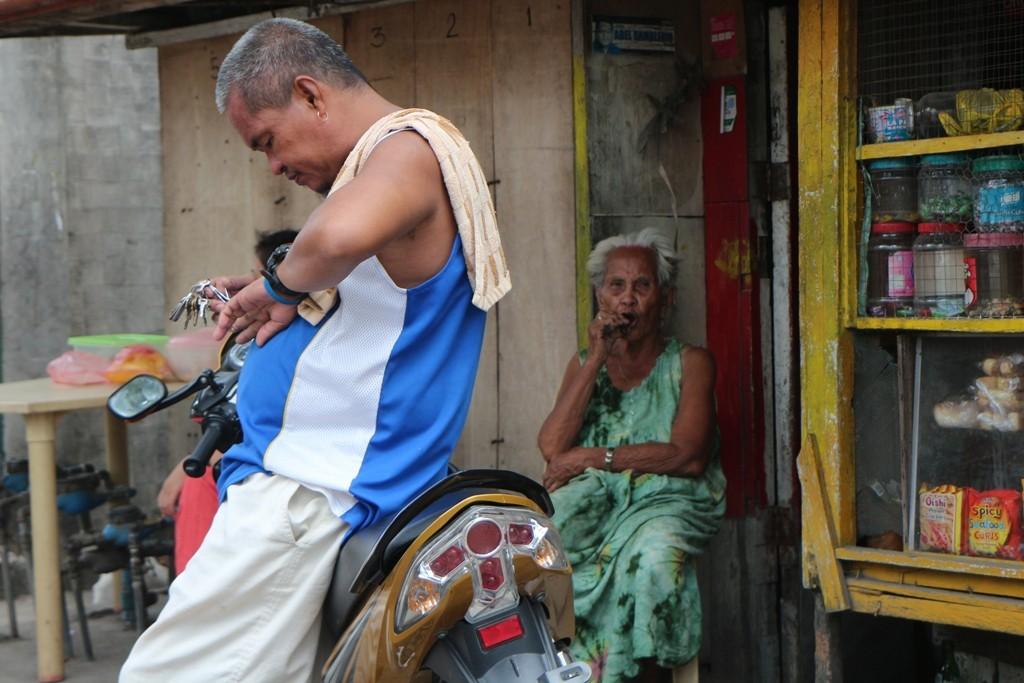 Die ältere Filipino Frau mit Zigarre motivierte mich für diesen Schnappschuss