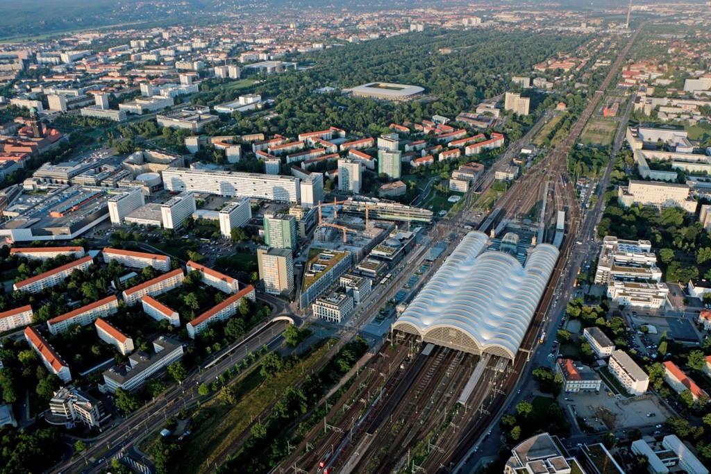 Noch einmal der Hbf. mit Prager Straße, Hygienemuseum, Glücksgasstadion, Großer Garten und der der Gleistrasse der DB in Richtung Pirna, Bad Schandau und weiter nach Prag