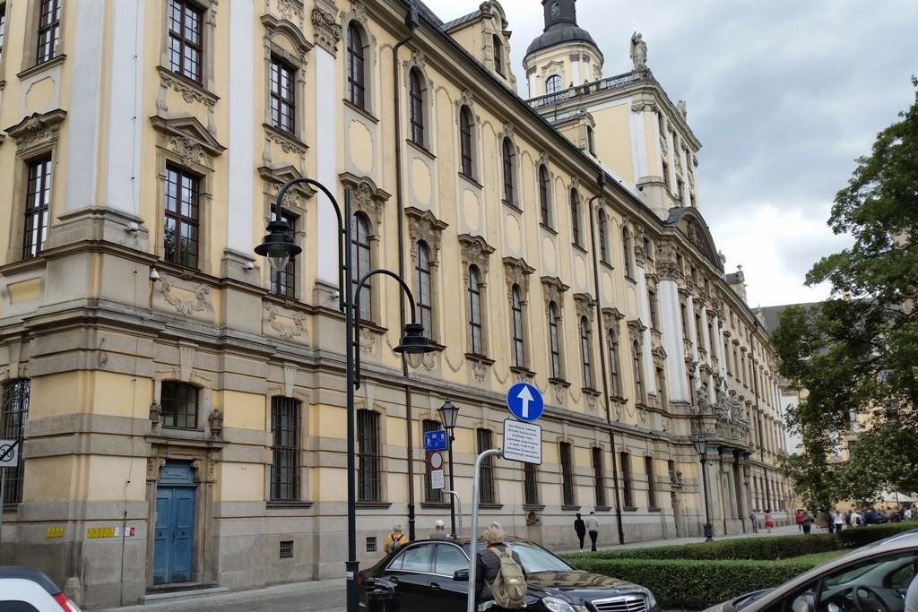 Hauptgebäude (171 m lang) der Universität Breslau mit der Aula Leopoldina. Heute gibt es in Breslau 47.000 Studenten