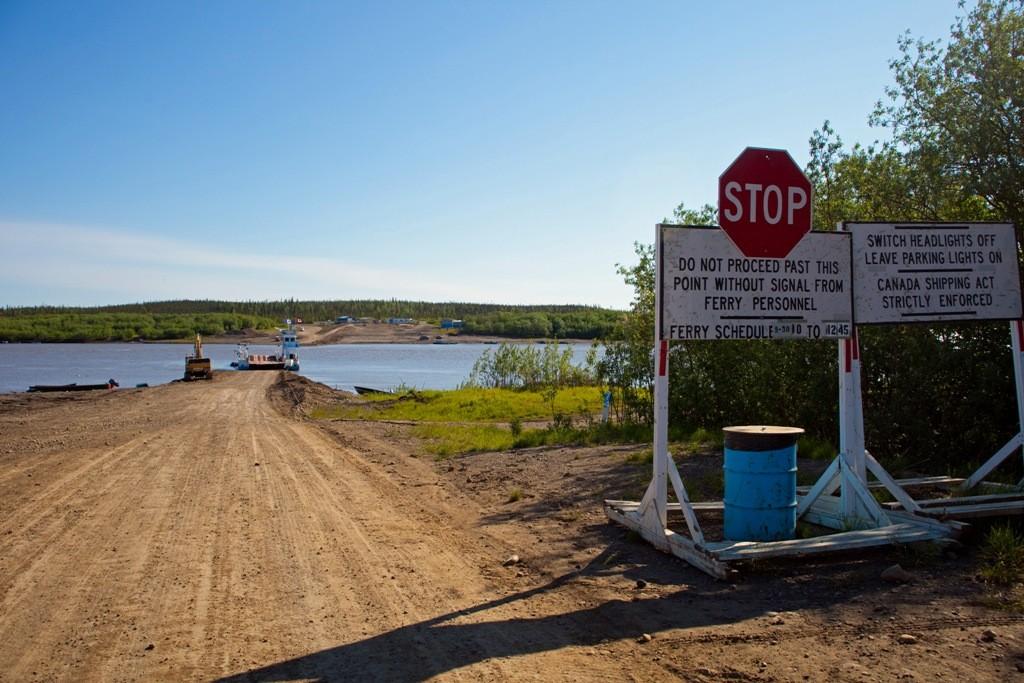 Anfahrt auf die Fährrampe zur ersten Überfahrt auf dem Arctic Red River