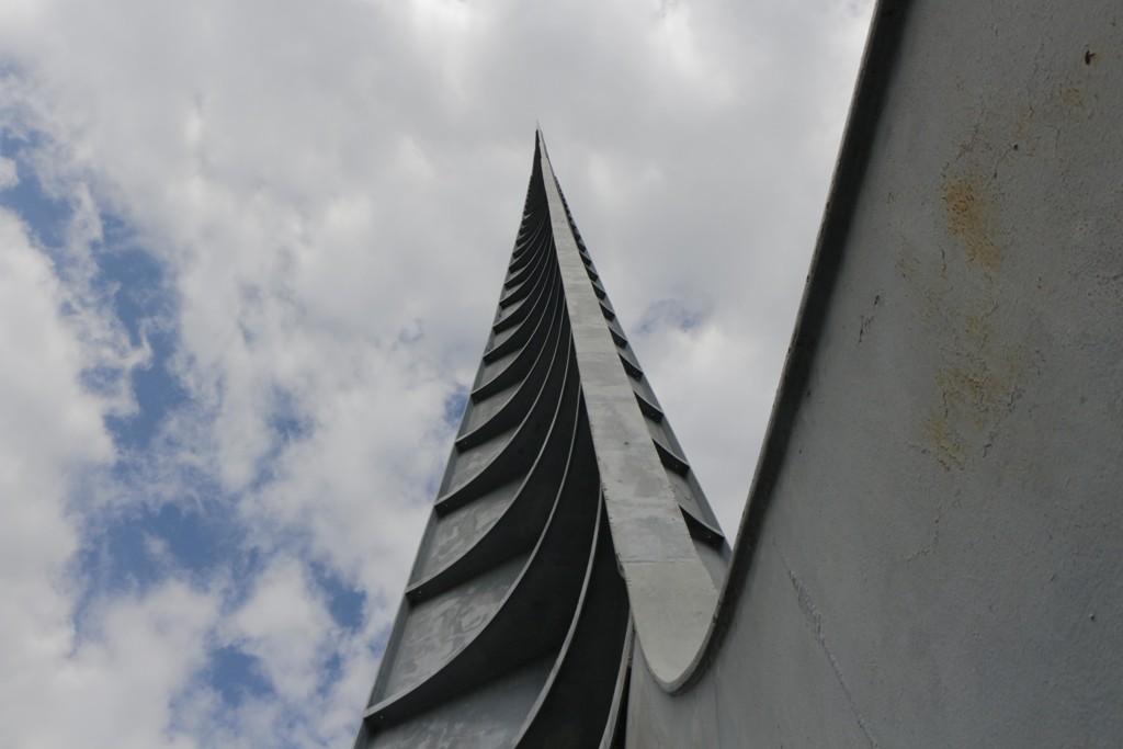 Die Iglica, zu deutsch, die Nadel, wenn man da hoch schaut (96 m) da sieht man die Spitze im Wind erheblich schwanken