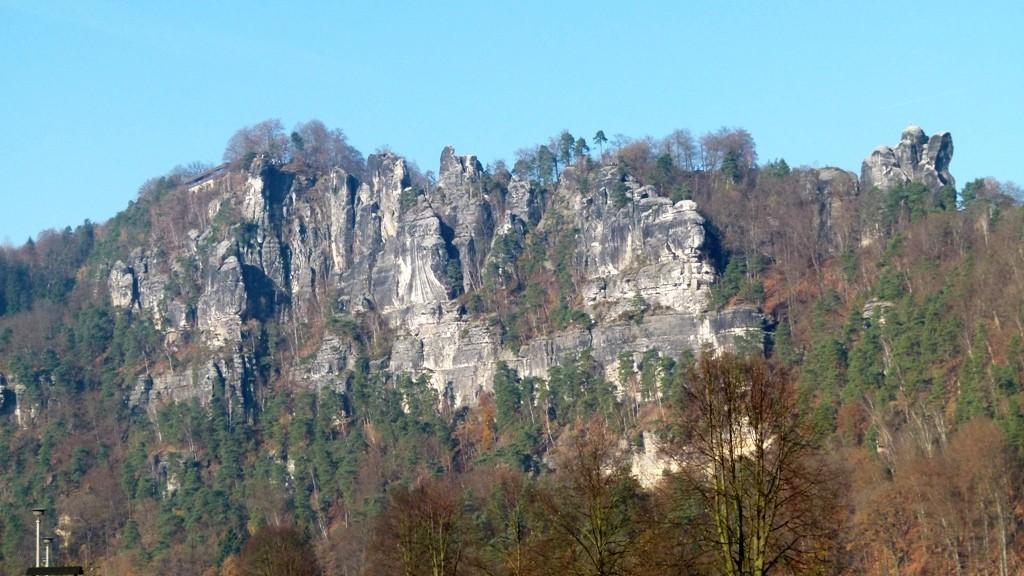 Das Basteimassiv mit der Basteiaussicht und dem Kletterfelsen Mönch (re.)!