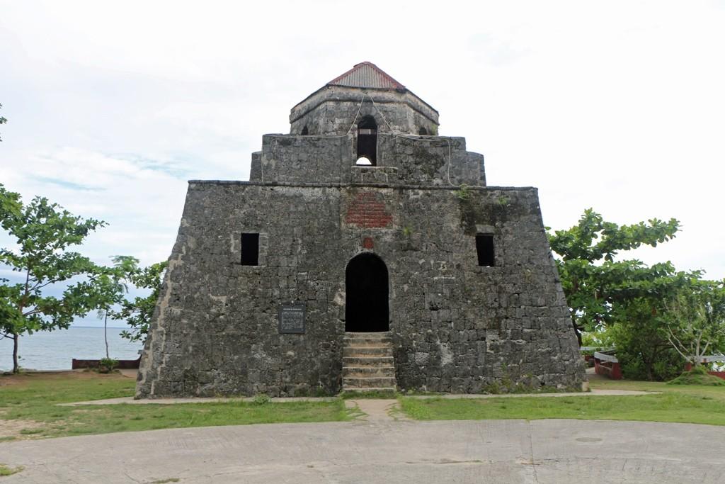 """Der dreieckige Wachturm """"Punta Cruz Watch Tower"""" von Spaniern 1796 erbaut!"""