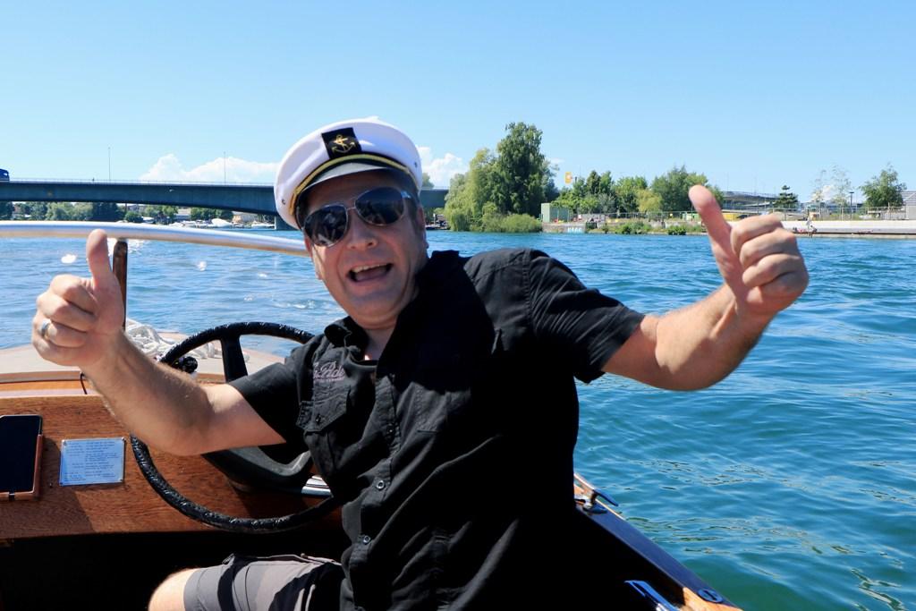 ,,,unser Skipper Martin in hervorragender Laune, das steckt an, liegt wohl auch am Wetter