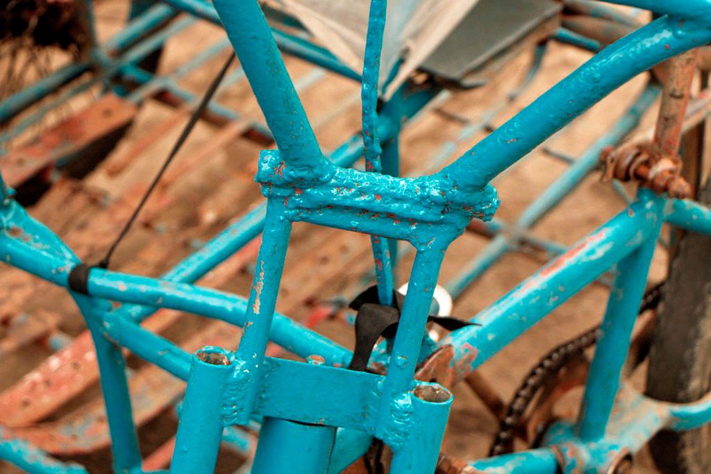 """Detailaufnahme des mit handwerklichen """"Geschick"""" zusammen gebruzzelten Rahmens, schön türkis sieht er ja aus!"""