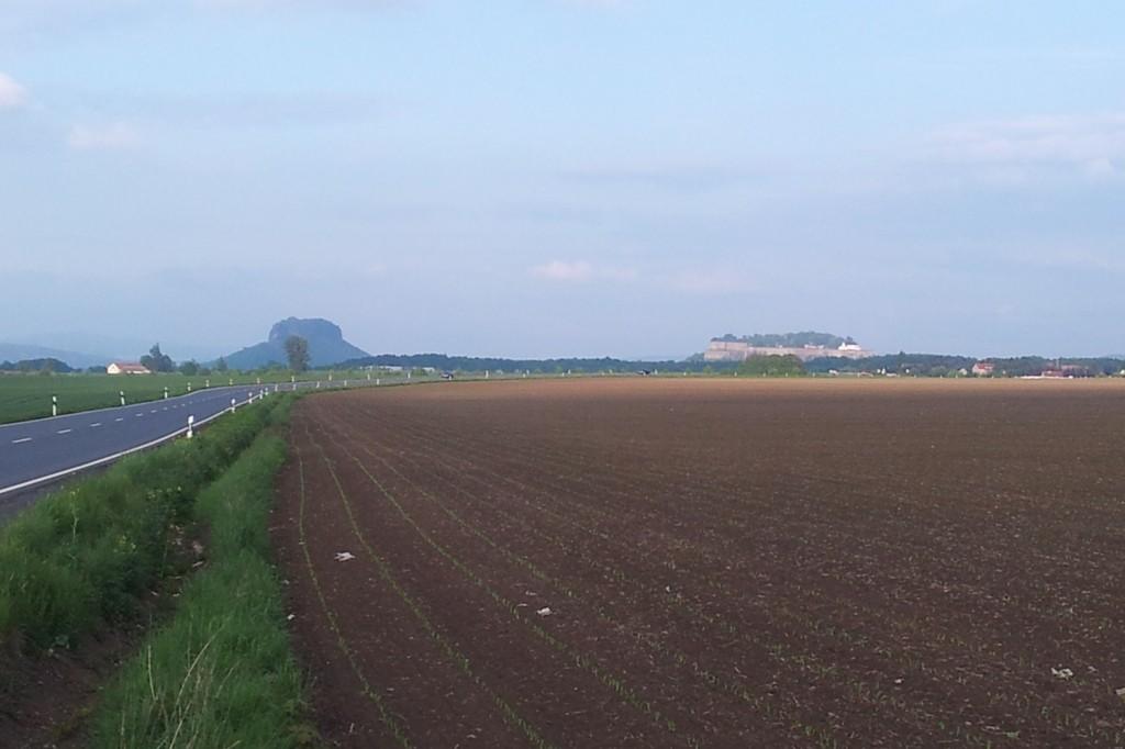 Wer am frühen Morgen mit dem Auto über Krietzschwitz in die Sächsisch Schweiz fährt, der könnte solch ein schönes Panorama mit Lilienstein und der Festung Königstein knipsen!