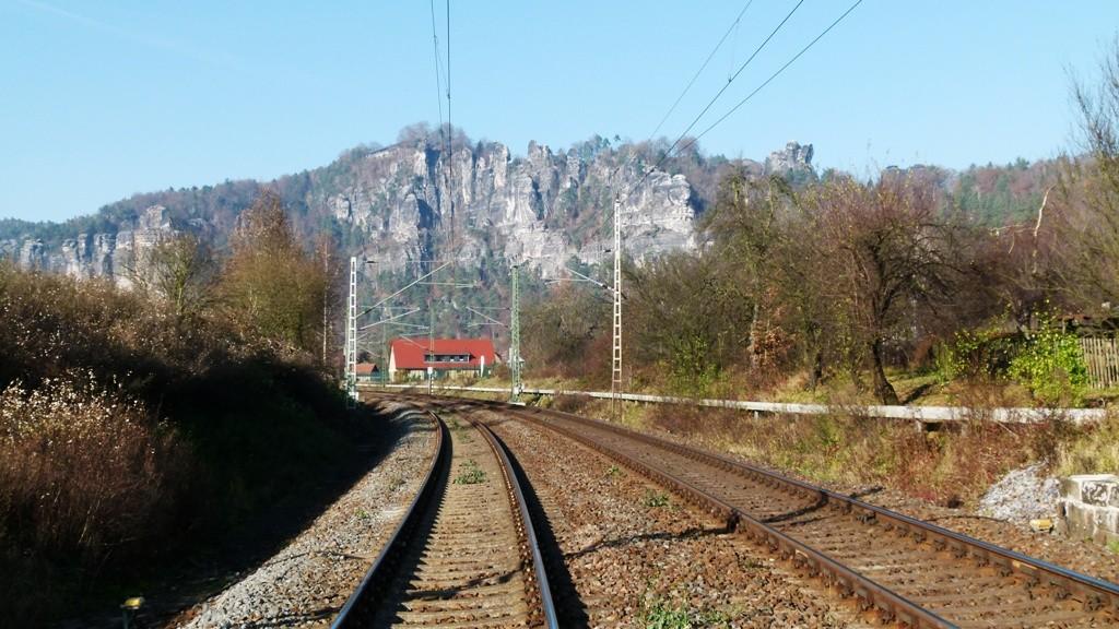 Basteimassiv mit der Gleisanlage in Blickrichtung Pirna u. weiter nach Dresden