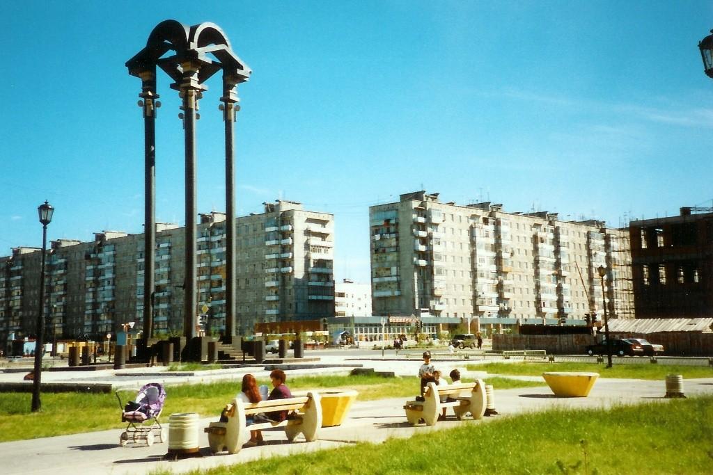 Das Regenbogenzentrum mit dem Denkmal des Ölindustriearbeiters (Neftyanik)