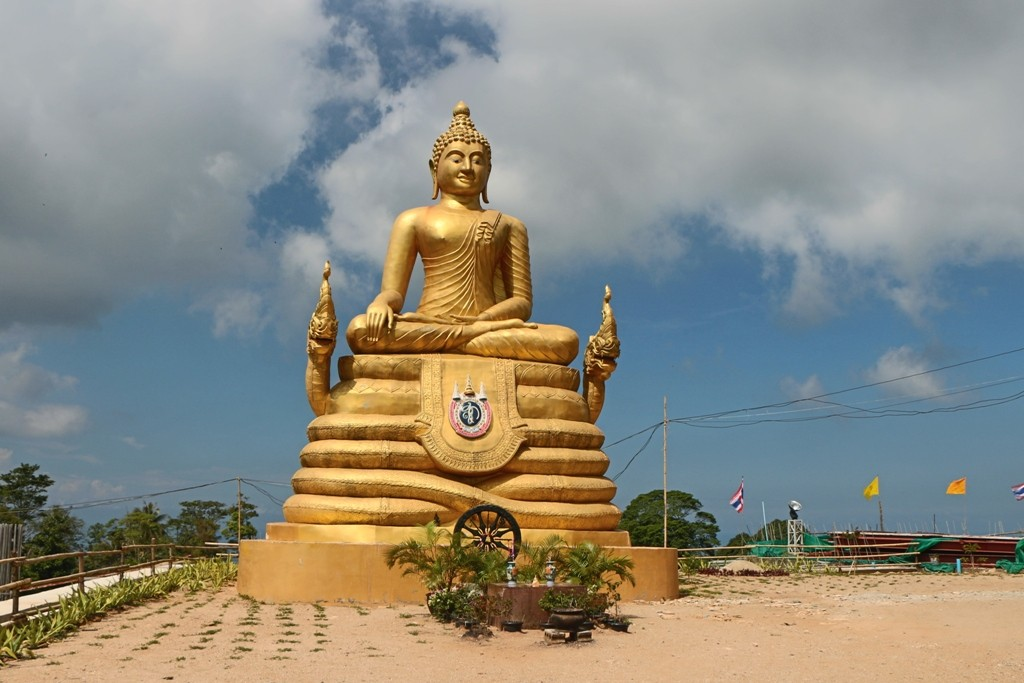 Die kleine, vergoldete Buddhastatue links hinter dem Big Buddha!