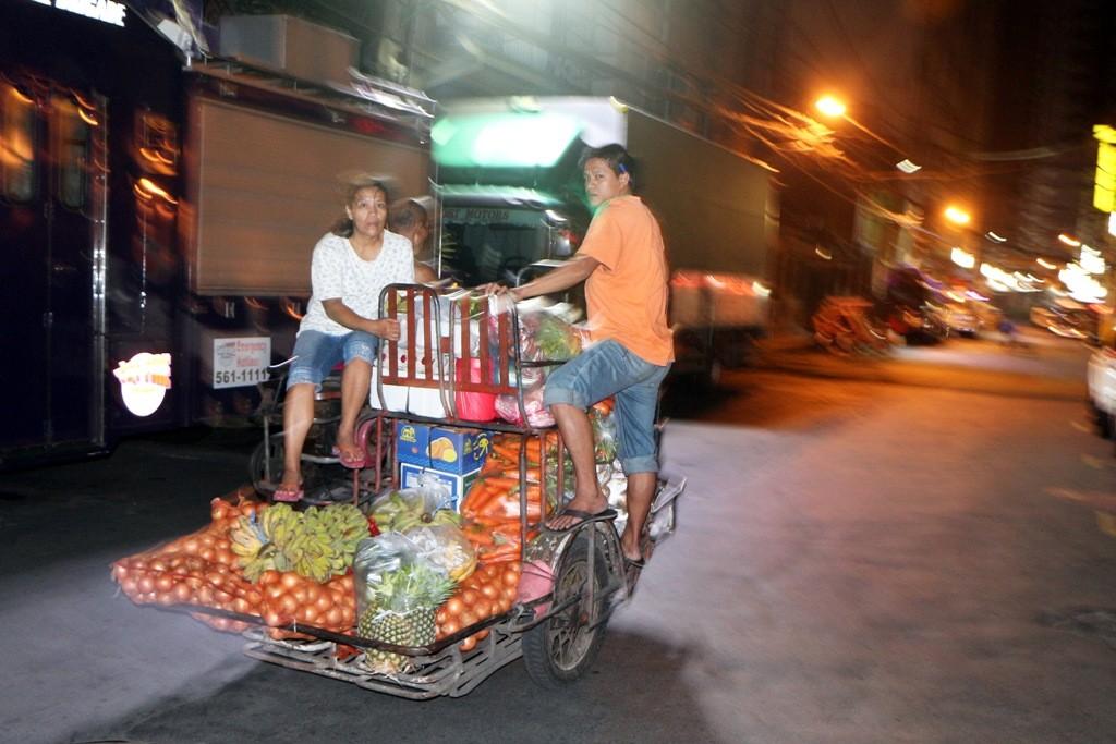 ...einige Händler karren aber schon das frische Gemüse um diese Zeit zu ihren Ständen!
