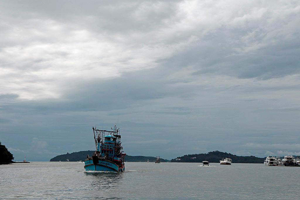 Wir wollen hinaus, der Kutter kommt herein in den Chalonger Hafen