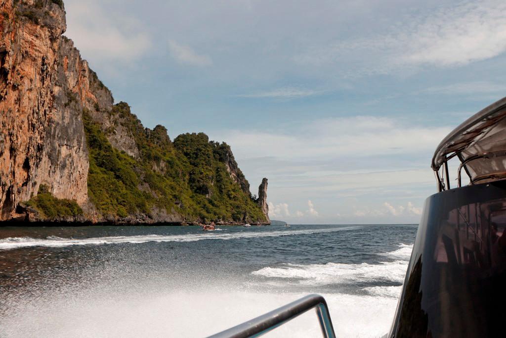 Mit Affenzahn düsen wir nach Süden um am Kap vorbei auf der anderen Seite die Maya Bay zu erreichen