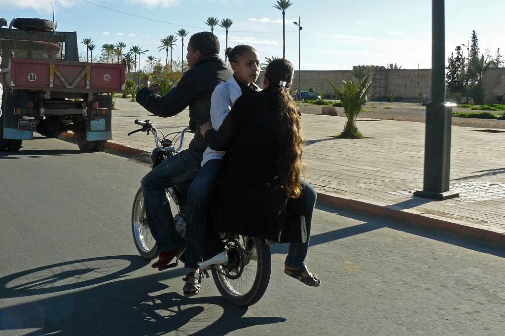 ...das arme Moped muss hier für drei schuften, für zwei davon wohl eher gerne