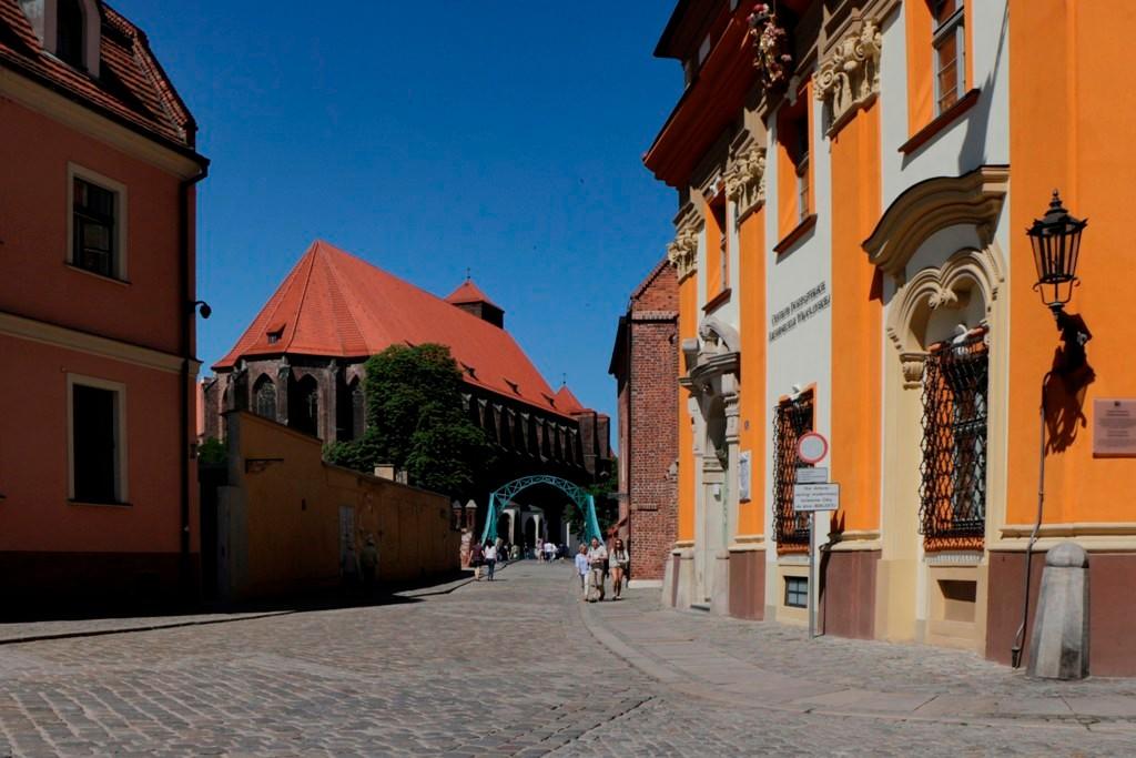 Blick vom Kirchpatz vor der Stiftskirche zum Heiligen Kreuz und St. Bartholomäus (Denkmal des heiligen Nepomuk) auf die Tumsky Brücke im Hintergrund