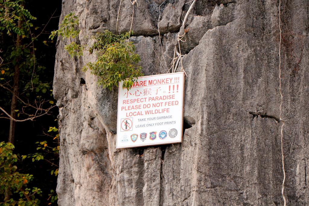 Landgang auf Koh Phi Phi Don´s Monkey Beach! Verhaltensregeln der Besucher sind weithin sichtbar!