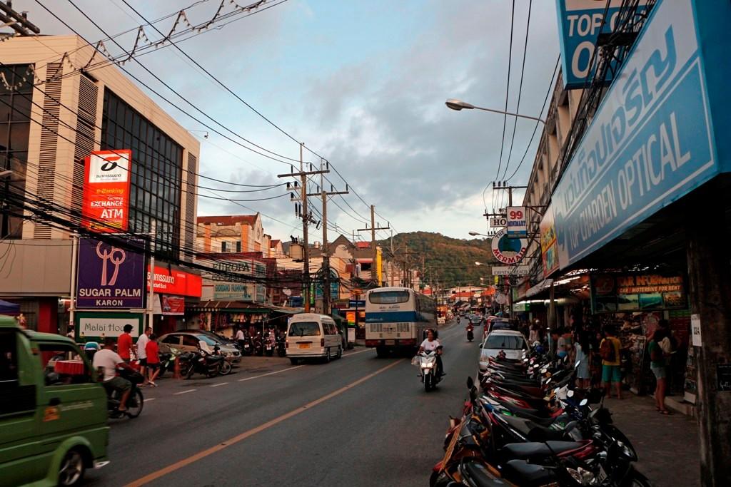 Die ewig lange Patak Road - Mainstreet Karons!