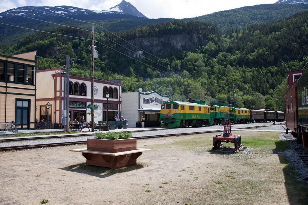 Mit einem in Deutschland gelöstem Ticket (Internet) geht hier nun die atemberaubende Fahrt mit der White Pass & Yukon Route los. Unglaublich was hier einst die Goldsucher aus der Erde buddelten und in den Felsen hauten.