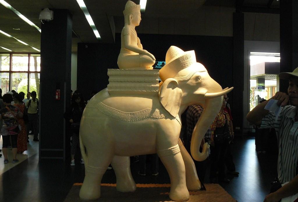 Das Wahrzeichen Kambodscha´s in der Terminalhalle, relativ kurze VISA Angelegenheiten erledigt und schon betreten wir Kambodscha!