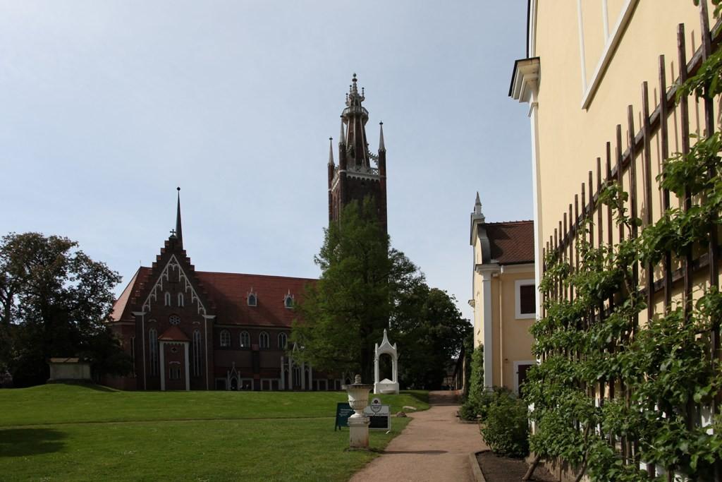 Die St. Petri Kirche mit Kirchhof, Sarkophag und den Giebeln des Küchengebäudes